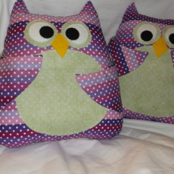 Owl cushion with pocket wings, ideal to hold your remote control, never lose it down the back of the sofa again! Approx 12 inches high x 11 inches wide, 100% cotton outer, felt face and stuffed with fire retardant polyester toy filling.