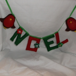 Noel felt garland, with felt robins on each end. Decorated with ribbon poinsettia in co-ordinating colours. Approx 36inches long.