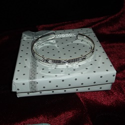 Open bangle, with an embossed star pattern. 925 silver.
